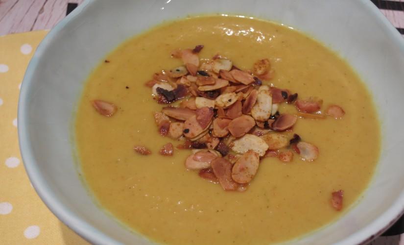 Orangen-Steckrübensuppe mit gerösteten Curry-Mandelblättchen