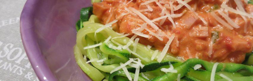 Zucchini-Nudeln (Zudeln) mit Mortadella-Bolognese