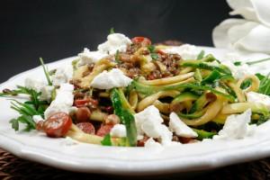 Bunten Hülsenfrüchte mit Zoodles, Ziegenkäse und Rucola