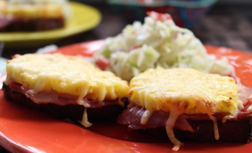 Low Carb Toast Hawaii mit Kokos-Krautsalat