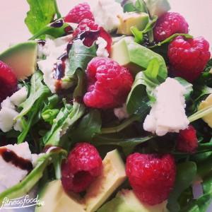 Salat mit Ziegenkäse, Avocado und Himbeeren