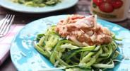 Zucchini-Nudeln mit Lachs in Tomaten-Ricotta-Creme