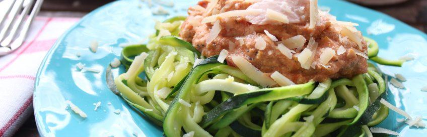 Zucchini-Nudeln (Zudeln) mit Lachs in Tomaten-Ricotta-Creme