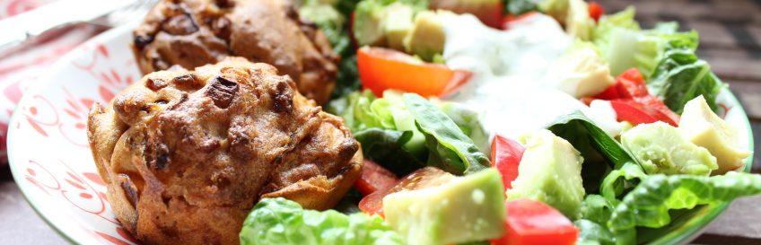 Zwiebel-Schmandküchlein mit buntem Salat
