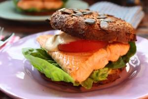 Lachsburger mit Kürbis-Bun