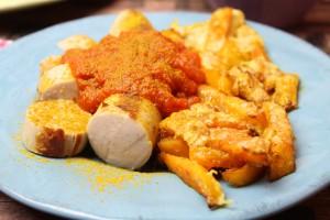 Currywurst mit Cheesy-Kürbis-Pommes