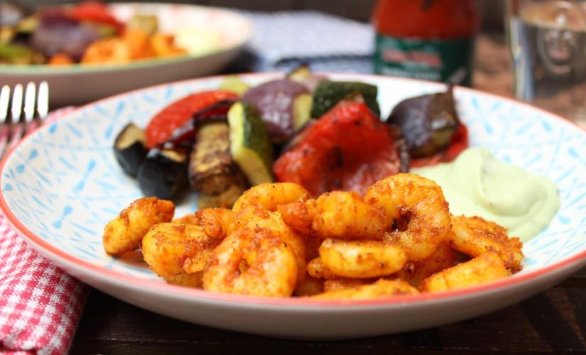 Spicy Garnelen mit Avocado-Joghurt und Röstgemüse