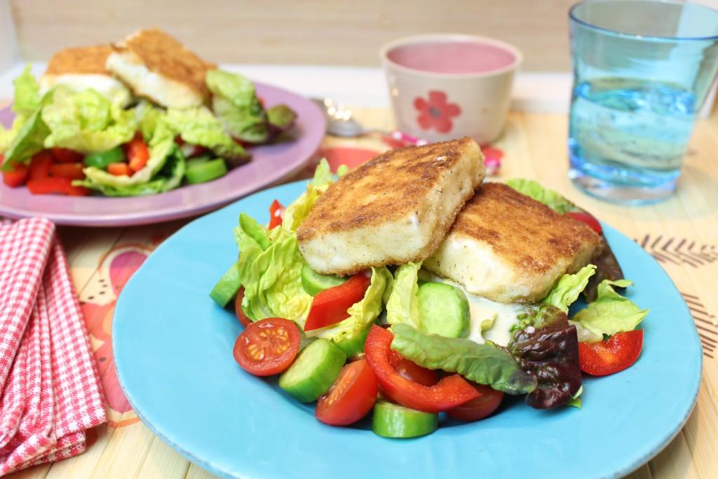 Gebratener Feta mit buntem Salat