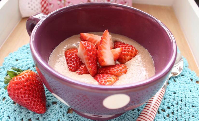 Haferkleie-Schoko-Porridge mit Erdbeeren