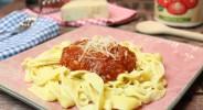 Mozzarella-Nudeln mit Tomatensoße