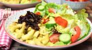 Käsespätzle mit Röstzwiebel an buntem Salat