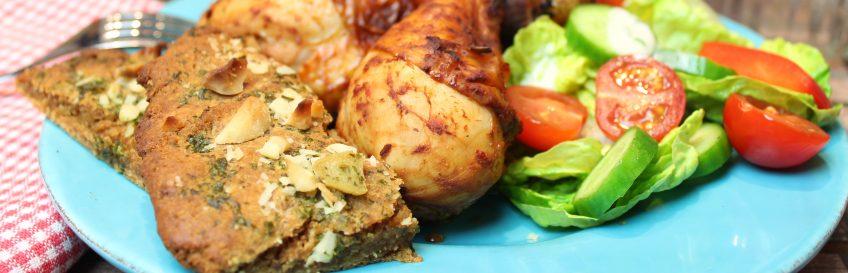 Knoblauch-Macadamia-Fladen mit buntem Salat und Chicken-Drumsticks