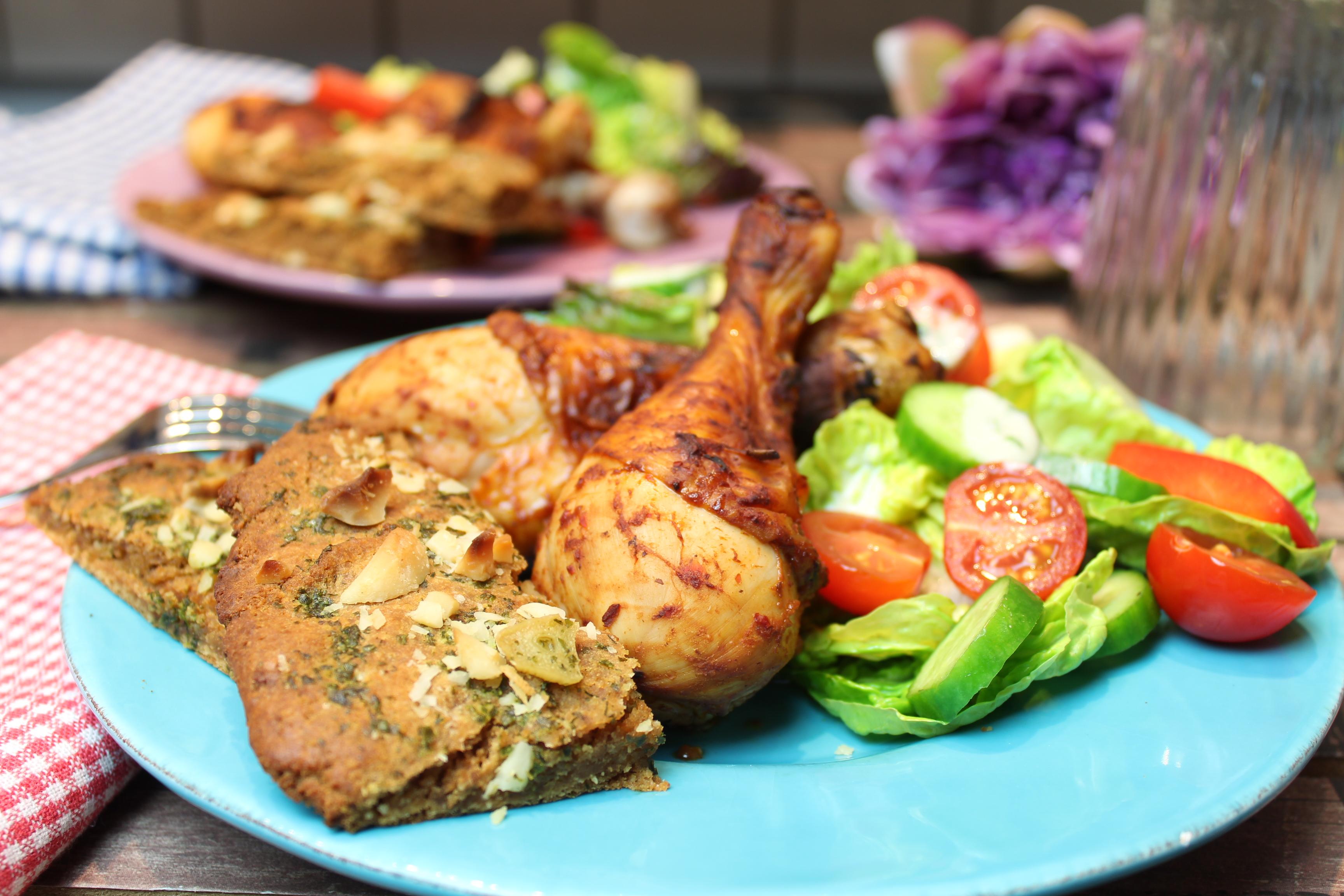 knoblauch macadamia fladen mit buntem salat und chicken drumsticks happy carb rezepte. Black Bedroom Furniture Sets. Home Design Ideas