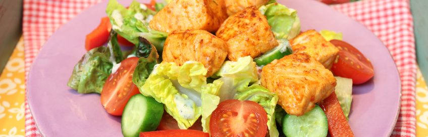 Spicy-Salmon auf buntem Salat