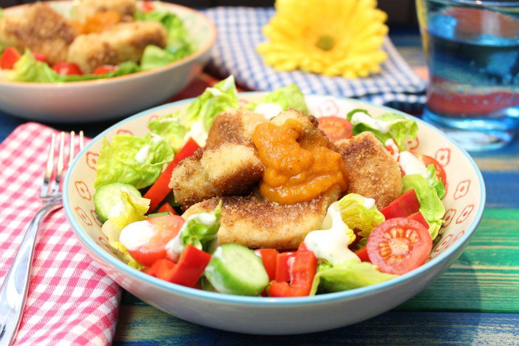 Happy Chicken Nuggets mit Currysoße und Salat