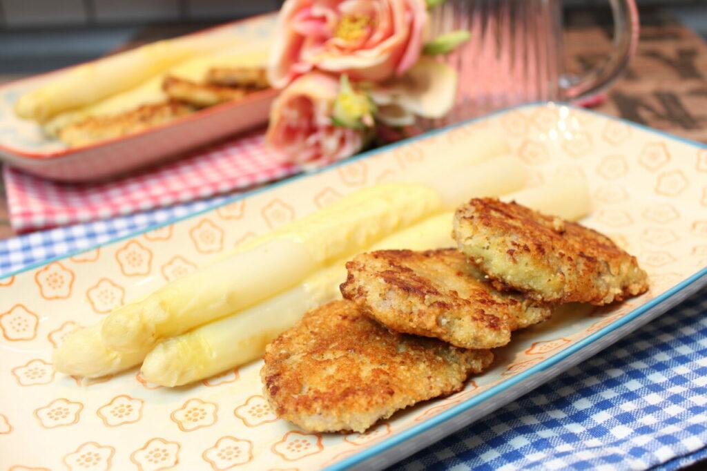 Spargel mit Käsesoße und Parmesan-Mandel-Schnitzel