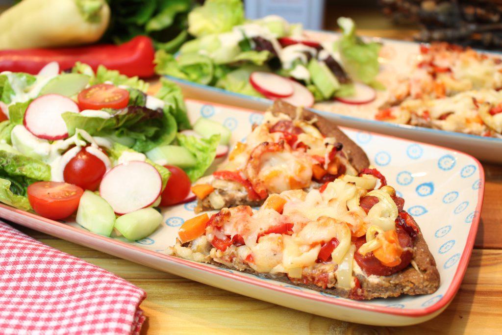Chorizo-Crostata mit buntem Salat
