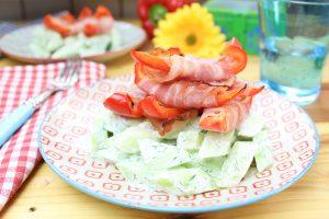 Erfrischender Gurkensalat mit Bacon-Paprika-Sticks