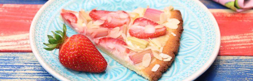 Süße Low Carb Erdbeer-Rhabarber-Pizza