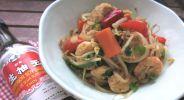 Gebratene Shirataki-Nudeln mit Hühnchen und Garnelen