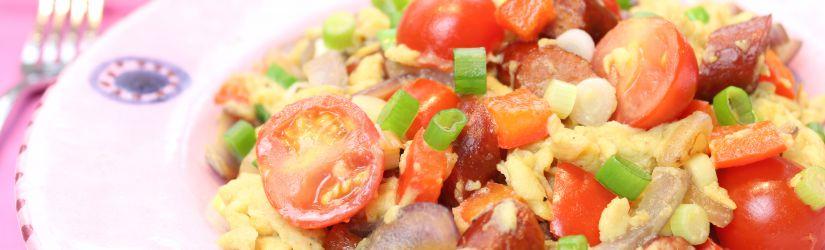 Rührei mit Gemüse und Paprikawurst