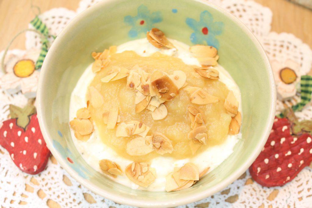 Vanille-Quark mit Apfelkompott und gerösteten Mandelblättchen