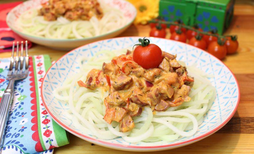 Kohlrabipasta mit Kabanossi-Tomatensoße