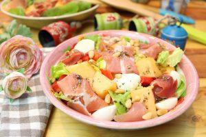 Melonensalat mit Mozzarella und Schinken