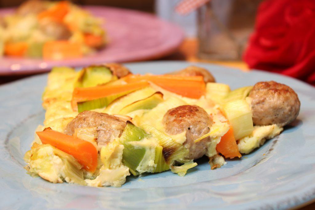 Lauch-Karottenfrittata mit Bratwurstbällchen