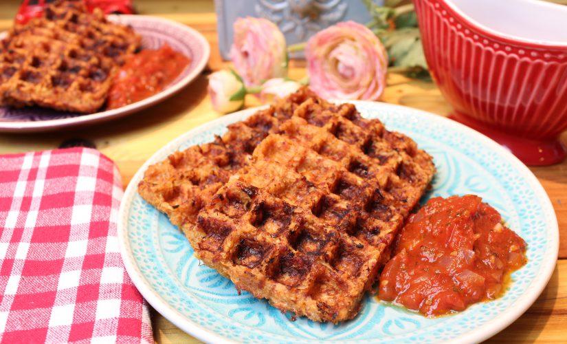 Petersilienwurzel-Bacon-Waffeln mit Tomatensoße