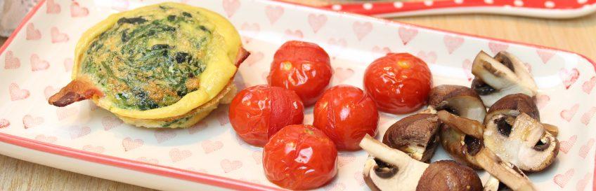 Spinat-Frühstücksmuffins mit Tomaten und Champignons