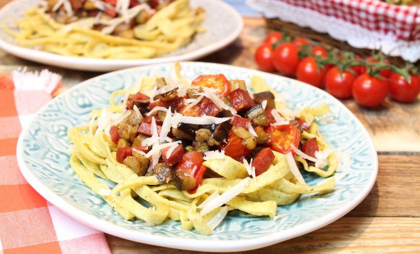 Keto-Mozzarella-Nudeln mit Aubergine und Chorizo