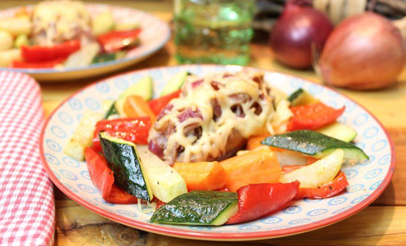 Senf-Zwiebel-Bratwurst auf Röstgemüse