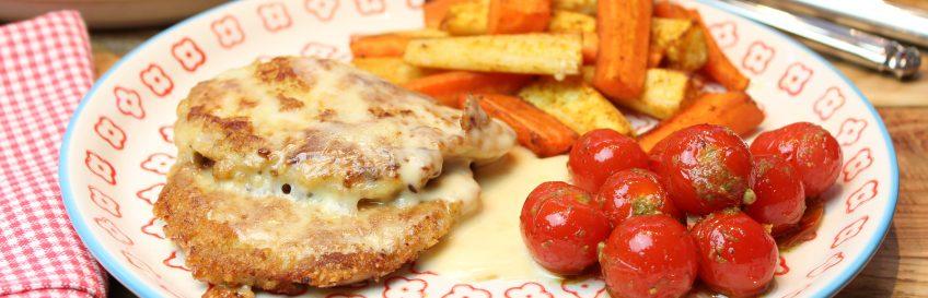 Kochkäseschnitzel mit Wurzelgemüsesticks und Pesto-Ofentomätchen