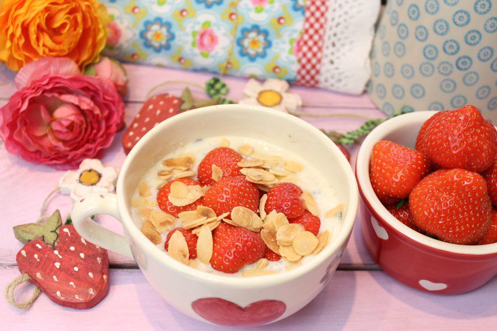 Vanilletraum-Müsli mit gerösteten Mandeln und Erdbeeren