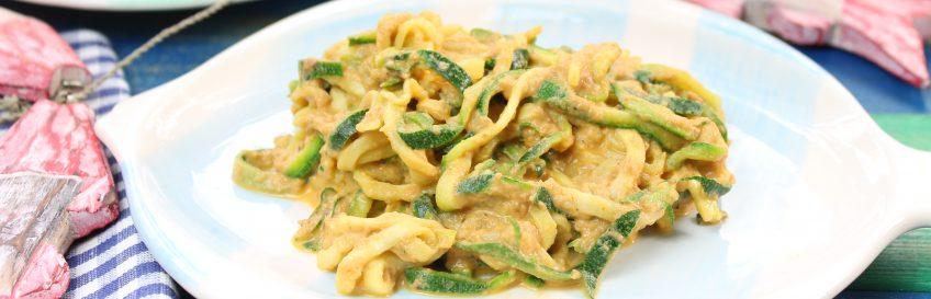 Zucchini-Nudeln (Zudeln) mit würziger Thunfischsoße