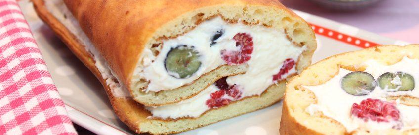 Low-Carb-Biskuitrolle mit Beeren-Kokos-Creme