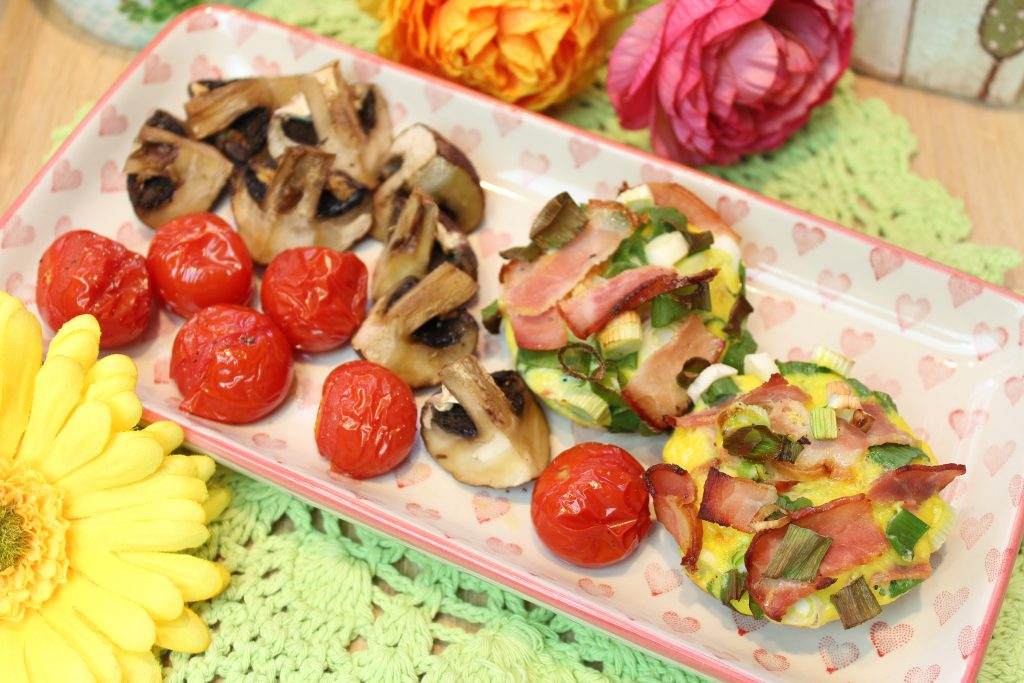 Schinken-Frühlingszwiebel-Eiermuffins mit Tomaten und Champignons