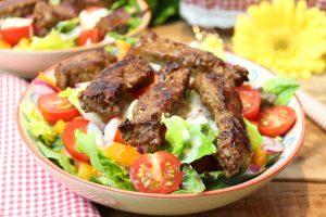 Salatmix mit scharfen Rumpsteakstreifen und Joghurt-Mango-Dressing
