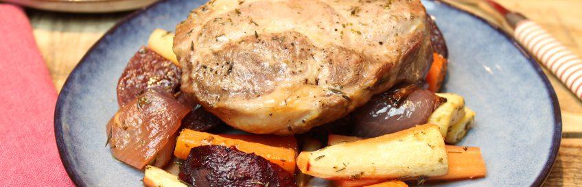 Rustikale Steaks auf Apfel-Wurzelgemüse