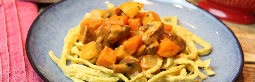 Würzige Möhren-Pilz-Topinambur-Pfanne mit Low-Carb-Ofennudeln