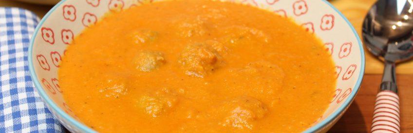 Tomaten-Wirsingcremesuppe mit Meatballs