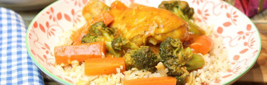 Geschmortes Basilikum-Curry-Hähnchen mit Blumenkohlreis