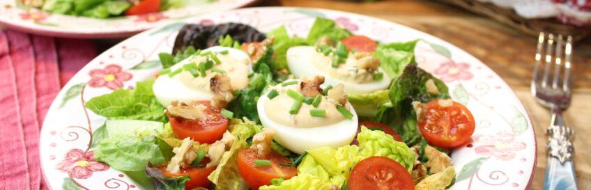 Mit Thunfischcreme gefüllte Eier im Salatbett