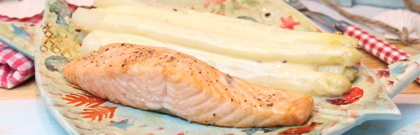 Spargel mit Kochkäse und gebratenem Lachs