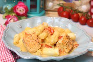 Tomatige Lachs-Spargelpfanne