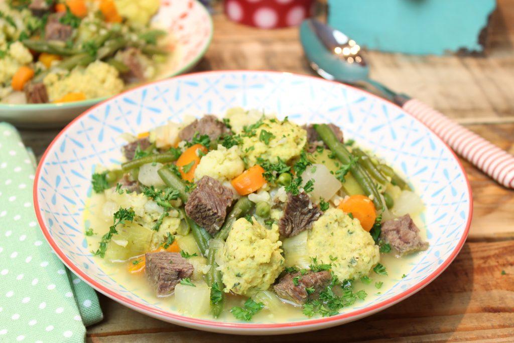 Gemüsesuppe mit Haferkleie-Butterschwämmchen