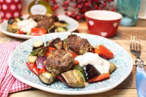 Köfte-Gemüse-Ofenblech mit Oliven-Joghurt-Dip