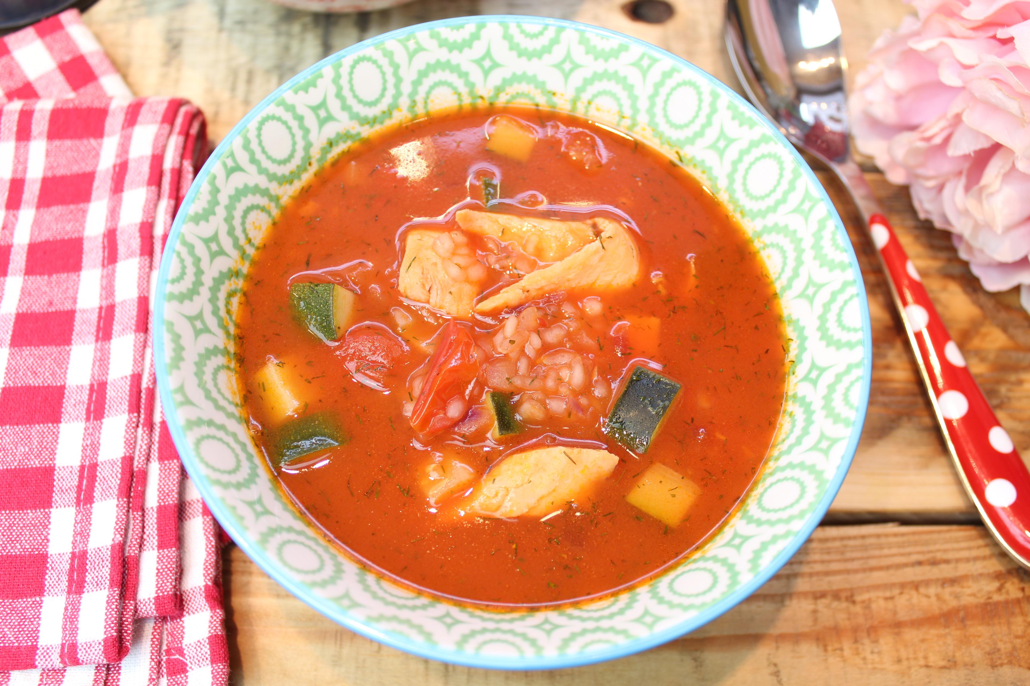 Gemüsesuppe mit Konjakreis und Lachs