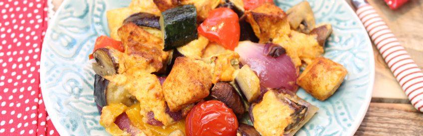 Hähnchen-Gemüse-Ofenpfanne mit Ajvar-Käsecreme
